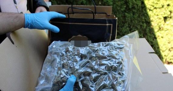 Nawet 50 tys. porcji marihuany o wartości ponad miliona złotych przejęli stołeczni policjanci z wydziału do walki z przestępczością narkotykową. W tej sprawie policja zatrzymała 55-letniego Mirosława Z. Mężczyzna został aresztowany.