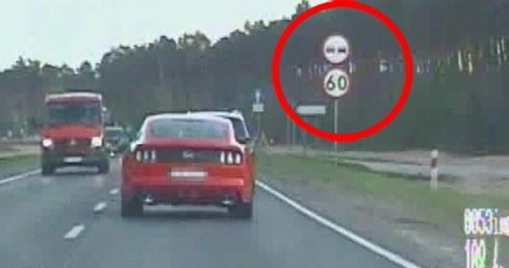 """43-latek pędzący mustangiem z prędkością 150 km/h został zatrzymany na krajowej """"dziesiątce"""" przez policjantów bydgoskiej drogówki. Tłumaczył, że """"mając samochód z 400-konnym silnikiem trudno jest jechać wolno"""" - poinformowała w czwartek policja."""