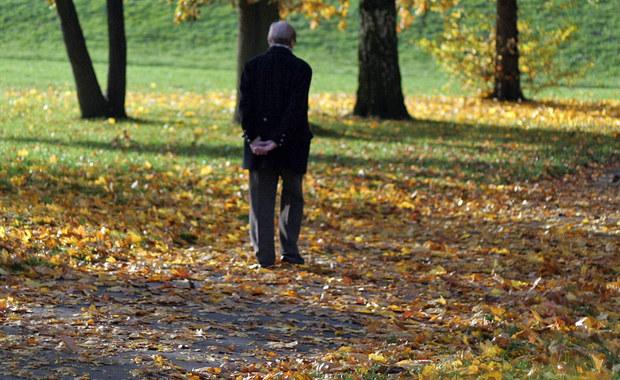 2 tysiące złotych zasiłku ma jeszcze w tym roku trafić do szczecińskich rodzin, opiekujących się chorymi na Alzheimera seniorami. To wsparcie dla tych, którzy samodzielnie zajmują się cierpiącymi na demencję bliskimi.