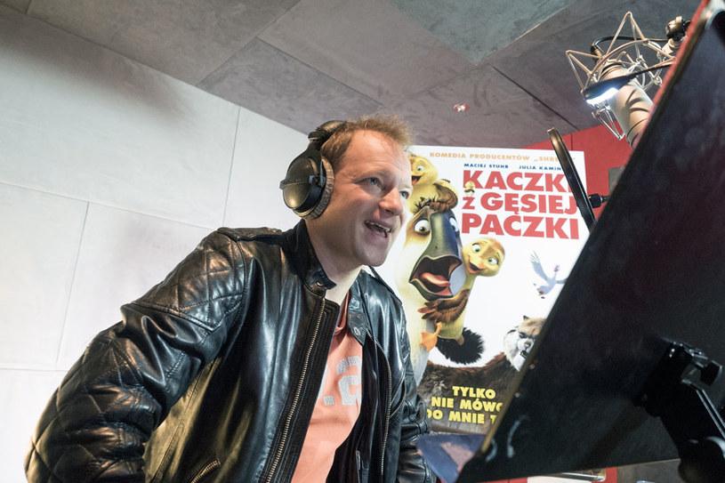 """W polskiej wersji językowej komedii """"Kaczki z gęsiej paczki"""" (premiera 11 maja) Maciej Stuhr użyczył głosu głównej postaci - gęsi o imieniu Benek."""
