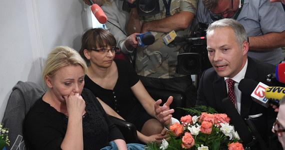 """Niepełnosprawni i ich opiekunowie protestujący w Sejmie od 23 dni złożyli dziś prywatny akt oskarżenia przeciwko posłowi PiS Jackowi Żalkowi wraz z wnioskiem o uchylenie mu immunitetu. W odpowiedzi parlamentarzysta przyszedł do Sejmu i przeprosił protestujących za swoje słowa na ich temat. """"Chcę powiedzieć z serca, że żałuję, że te słowa mogły ranić"""" - oświadczył poseł, który przyszedł do protestujących z bukietem kwiatów."""