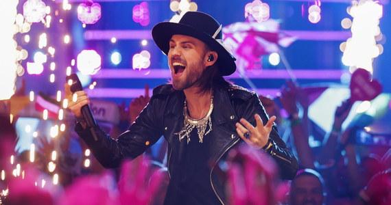 """Nie zdołali awansować do finału, ale zebrali dobre recenzje portugalskich dziennikarzy… DJ Gromee i szwedzki wokalista Lukas Meijer, reprezentujący Polskę na tegorocznym konkursie Eurowizji piosenką """"Light Me Up"""", nie znaleźli się w gronie dziesięciu najlepszych wykonawców czwartkowego półfinału konkursu. Portugalskie media przyznawały, że występ był słabszy od wcześniejszych wykonań duetu, ale i nie szczędziły mu ciepłych słów."""