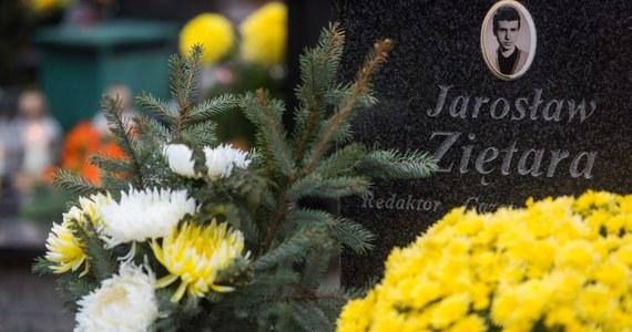 Dwaj byli pracownicy holdingu Elektromis staną przed sądem w związku ze sprawą porwania i zabójstwa poznańskiego dziennikarza Jarosława Ziętary. Zgodnie z aktem oskarżenia, skierowanym właśnie przez prokuraturę do sądu, 60-letni Mirosław R. i 50-letni Dariusz L. mają odpowiadać za uprowadzenie dziennikarza, pozbawienie go wolności i pomoc w zabójstwie. Jak zaznacza Prokuratura Krajowa, grozi im od 8 lat więzienia do nawet dożywocia.