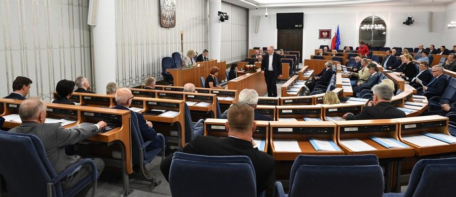 Senat jednogłośnie przyjął ustawę podnoszącą rentę socjalną do 100 proc. kwoty najniższej renty z tytułu całkowitej niezdolności do pracy. Zgodnie z ustawą renta socjalna wzrośnie z 865,03 zł do 1029,80 zł.
