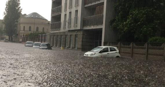 Gwałtowne ulewy i burze przeszły przez południową, centralną i północną Polskę. Najwięcej deszczu spadło w Łodzi i w Gdańsku. W stolicy Pomorza zebrał się sztab kryzysowy.