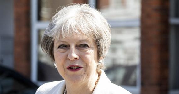 Premier Theresa May powiedziała prezydentowi USA Donaldowi Trumpowi w rozmowie telefonicznej, że Wielka Brytania i jej europejscy partnerzy są zdecydowani zapewnić, że porozumienie w sprawie programu nuklearnego Iranu zostanie utrzymane. Jak poinformowała rzeczniczka szefowej brytyjskiego rządu, May wskazała, że utrzymanie tego porozumienia to najlepszy sposób, by zapobiec opracowaniu przez Iran broni nuklearnej.