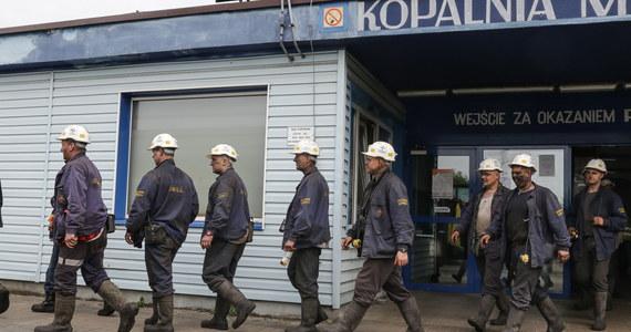 W sobotę, w ósmym dniu akcji ratowniczej w kopalni Zofiówka w Jastrzębiu-Zdroju, ratownicy kontynuują pompowanie zalewiska, za którym powinni być trzej poszukiwani po wstrząsie pracownicy. Pracę utrudniają gęsty szlam i uwalniający się metan.