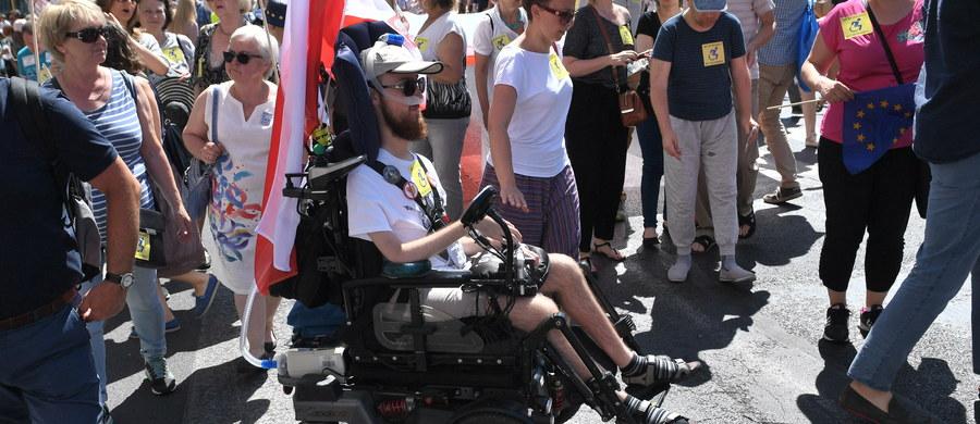 """Pod hasłem """"Wspieramy strajk okupacyjny rodziców osób z niepełnosprawnościami"""" manifestowano w Warszawie zrozumienie dla protestu w Sejmie. Marsz wyruszył sprzed Sejmu do pl. Trzech Krzyży, a następnie do ronda Charles'a de Gaulle'a."""