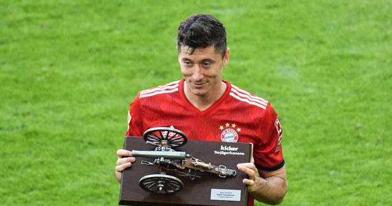 Hamburger SV po raz pierwszy w historii spadł z piłkarskiej Bundesligi. Bayern Monachium, który już wcześniej zapewnił sobie mistrzostwo, przegrał w ostatniej kolejce z VfB Stuttgart 1:4. Robert Lewandowski nie zdobył 30. gola w sezonie, ale został królem strzelców. Mimo zwycięstwa w ostatniej serii przed własną publicznością nad Borussią Moenchengladbach 2:1 HSV zakończył sezon na przedostatnim miejscu z dorobkiem 31 punktów. Wraz z nim do drugiej ligi spada FC Koeln Pawła Olkowskiego - 22 pkt.