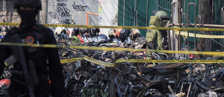 Co najmniej 9 osób zginęło, a 40 zostało rannych w samobójczych atakach bombowych na trzy kościoły w Surabai - drugim co do wielkości mieście Indonezji - podała policja. Surabaja położona jest we wschodniej części wyspy Jawa.