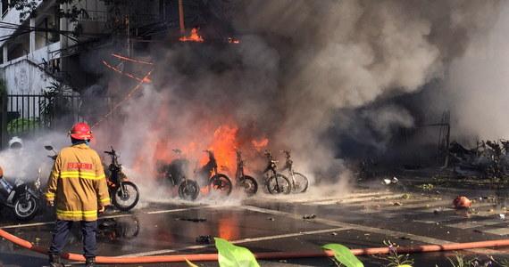 Ataki bombowe na trzy kościoły w indonezyjskiej Surabai, w których zginęło co najmniej 13 osób, a 40 zostało rannych, przeprowadziła sześcioosobowa rodzina pod wpływem ideologii Państwa Islamskiego - podały lokalne władze.