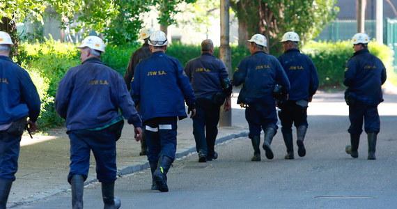 Drugi z trzech górników poszukiwanych po wstrząsie w kopalni Zofiówka, został już przetransportowany na powierzchnię; lekarz stwierdził jego zgon - poinformował PAP w niedzielę dyspozytor Wyższego Urzędu Górniczego (WUG) w Katowicach.