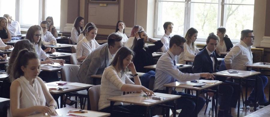 Przed południem zakończył się pisemny egzamin maturalny z fizyki. O godz. 14:00 rozpoczął się zaś egzamin z geografii. Do obu przystępują tylko ci abiturienci, którzy zadeklarowali taką wolę. Chęć zdawania egzaminu z fizyki zadeklarowało 21 tys. tegorocznych absolwentów liceów ogólnokształcących i techników, a z geografii - 72 tys.