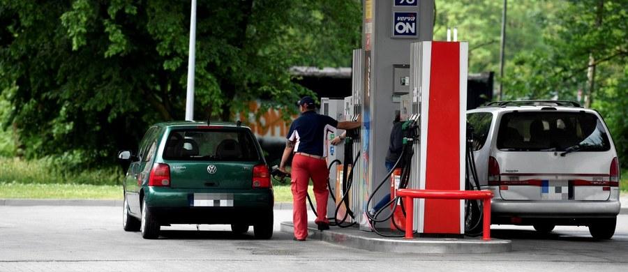"""To co w ubiegłym tygodniu zdarzało się tylko na niektórych stacjach paliw, w tym tygodniu stanie się faktem. Przekroczona zostanie cena pięciu złotych za litr benzyny """"95"""" i oleju napędowego."""