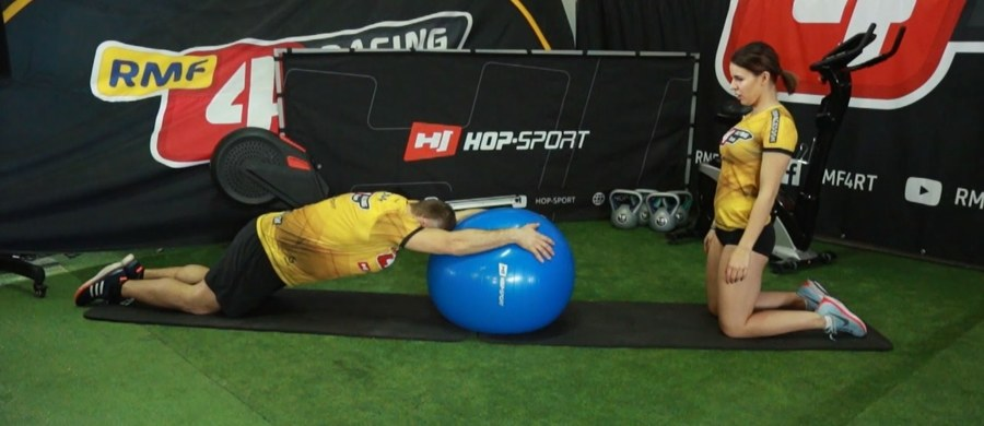Piłka gimnastyczna jest wszechstronnym przyrządem treningowym, który pozwala zdziałać cuda. Wykorzystywana jest do terapii rehabilitacyjnej, fitness lub do ćwiczeń rozwojowych. Pomaga przy redukcji tkanki tłuszczowej, poprawia koordynację ruchową, kondycję, a także pozytywnie wpływa na kształtowanie sylwetki.