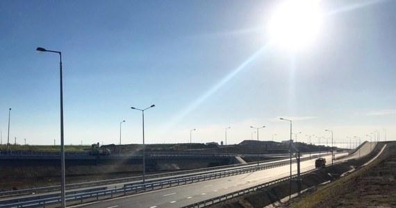 Rosyjskie władze ogłosiły, że most prowadzący na Krym przez Cieśninę Kerczeńską jest gotowy. Jego budowa tak naprawdę się jednak nie zakończyła, bo w tej chwili przejechać przez niego mogą tylko samochody. Licząca 19 kilometrów konstrukcja będzie najdłuższym mostem jaki wybudowano w Rosji.