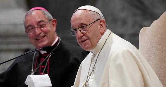 """Franciszek spotka się z wezwanymi do Watykanu biskupami z Chile. Będzie rozmawiał o skandalu pedofilskim w tamtejszym Kościele. Przed spotkaniami biskupi oświadczyli, że przybyli do Rzymu """"w bólu i z poczuciem wstydu"""". Papież zaprosił cały episkopat Chile, żeby z z hierarchami przez trzy dni omawiać sytuację, do jakiej doszło w związku z ujawnionym skandalem nadużyć i przypadków ich tuszowania. Ich skalę i okoliczności opisał w raporcie jego specjalny wysłannik arcybiskup Charles Scicluna."""