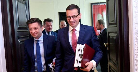 W środę, przy okazji unijnego szczytu w Sofii, dojdzie do spotkania premiera Mateusza Morawieckiego z szefem Komisji Europejskiej Jean-Claude'em Junckerem - taką informację przekazał rzecznik KE Margaritis Schinas, potwierdzając tym samym wcześniejsze nieoficjalne ustalenia korespondentki RMF FM Katarzyny Szymańskiej-Borginon. KE chce od Polski dalszych ustępstw w sporze o praworządność, a Warszawa twierdzi, że margines ustępstw już się wyczerpał. Jak ustaliła nasza dziennikarka, Morawiecki rozmawiał krótko z Junckerem już wczoraj rano - zaraz po tym, jak wiceszef KE Frans Timmermans ogłosił, że nie widzi obecnie szans na wycofanie uruchomionej wobec Polski procedury artykułu 7. Informację o tej telefonicznej rozmowie obu polityków rzecznik KE również potwierdził.