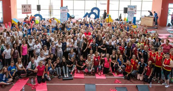 Specjalną lekcję wychowania fizycznego z mistrzyniami olimpijskimi, świata i Europy zorganizowano w Grębocinie koło Torunia. W ćwiczeniach wzięło udział kilkaset uczennic. Do aktywnego stylu życia przekonywały je m.in. Otylia Jędrzejczak, Oktawia Nowacka, Luiza Złotkowska i Iga Baumgart.