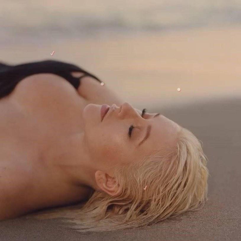 """Christina Aguilera zaprezentowała kolejny utwór promujący jej nadchodzący album """"Liberation"""". Tym razem fani mogą zapoznać się z piosenką """"Twice""""."""