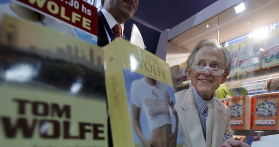"""Amerykański pisarz i dziennikarz Thomas Kennerly """"Tom"""" Wolfe, należący do twórców nurtu nowego dziennikarstwa w latach 60. i 70., zmarł w poniedziałek w szpitalu w wieku 88 lat z powodu nieokreślonej infekcji  - poinformowały we wtorek amerykańskie media."""