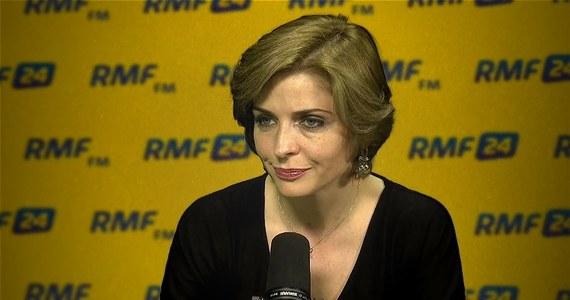 """""""Ryszard Petru tworzył swoją partię w sprzeciwie do Platformy Obywatelskiej, więc byłabym bardzo zaskoczona, gdyby chciał się dzisiaj zapisać do PO. To był scenariusz, który nigdy nie był przez nikogo rozważany"""" - mówi w Popołudniowej rozmowie w RMF FM posłanka PO Joanna Mucha. Pytana o plany utworzenia przez niego partii społeczno-liberalnej, odpowiada: """"Znam te plany, słyszę o tych planach"""". """"Jeśli Ryszard Petru puszcza oko do kogoś, to raczej nie do nas, do Grzegorza Schetyny, a do Roberta Biedronia. Co jest bardzo zaskakujące, bo wydaje mi się, że tego typu twór byłby dość trudny do przyjęcia dla Polaków"""" - komentuje Joanna Mucha. Posłanka PO była także pytana przez Marcina Zaborskiego o konkretne propozycje dla protestujących od 18 kwietnia w Sejmie osób niepełnosprawnych i ich opiekunów. """"Musimy mówić o pewnych dużych założeniach. Przez ostatnie 30 lat Polska zapomniała o osobach niepełnosprawnych, i to jest prawda. (…) Sytuacja osób niepełnosprawnych w Polsce jest tragiczna"""" - mówiła Mucha. """"500 złotych zasiłku, o które oni walczą, jest czymś, co jest im natychmiast potrzebne i niezbędne"""" - kontynuowała posłanka. W rozmowie nie padła jednak jednoznaczna odpowiedź."""