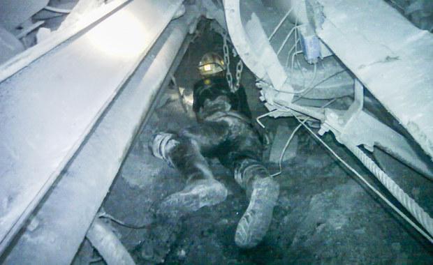 Ratownicy, którzy od 5 maja szukali zaginionych górników, po wstrząsie w kopalni Zofiówka, pracowali w ekstremalnie trudnych warunkach. We wtorek Jastrzębska Spółka Węglowa opublikowała zdjęcia z akcji. W nocy poinformowano, że odnaleziono ciało ostatniego z poszukiwanych pracowników zakładu.