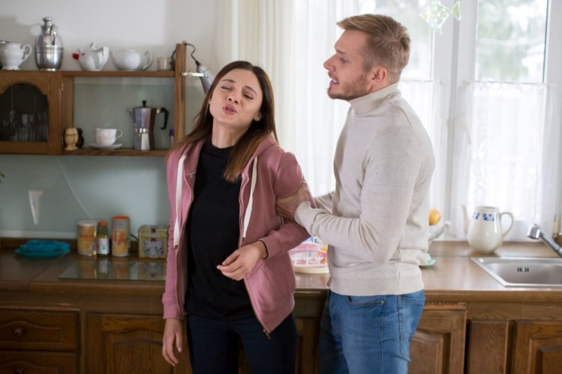 """W finale sezonu """"M jak miłość"""" Artur (Tomasz Ciachorowski) zorientuje się, że Iza (Adriana Kalska) planuje ucieczkę od niego, więc uprzedzi jej ruch i wywiezie ją razem z Mają (Anna Wierzchoń) z Warszawy."""