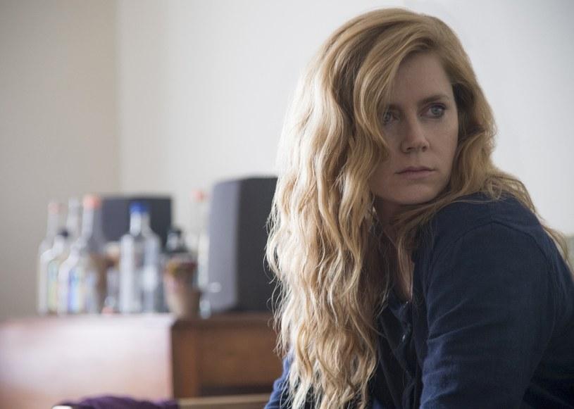 """Miniserial HBO """"Ostre przedmioty"""", nakręcony na podstawie powieści Gillian Flynn o tym samym tytule, będzie miał swoją premierę w HBO i HBO GO już 9 lipca. Produkcję reżyseruje Jean-Marc Vallée, a w roli głównej zobaczymy Amy Adams."""