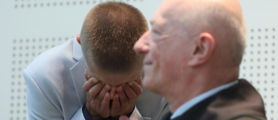 """Tomasz Komenda spędził w więzieniu 18 lat za zabójstwo, którego nie popełnił. Dziś został oczyszczony przez Sąd Najwyższy. 41-letni dziś mężczyzna w 2004 roku został skazany prawomocnie na 25 lat więzienia za zabójstwo i zgwałcenie 15-latki. """"Państwo musi ponieść konsekwencje tego, że na 18 lat wsadziło do więzienia niewinnego człowieka i zniszczyło mu całą młodość"""" - powiedział obrońca Tomasza Komendy, mec. Zbigniew Ćwiąkalski. Zapowiedział, że będzie domagał się ponad 10 mln zł odszkodowania w jego imieniu."""