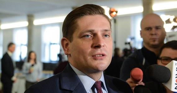 Były wiceszef MON Bartosz Kownacki także przekazał już swoją nagrodę na Caritas - dowiedział się reporter RMF FM. Rzeczniczka PiS mówiła dziś, że nie ma z nim kontaktu.