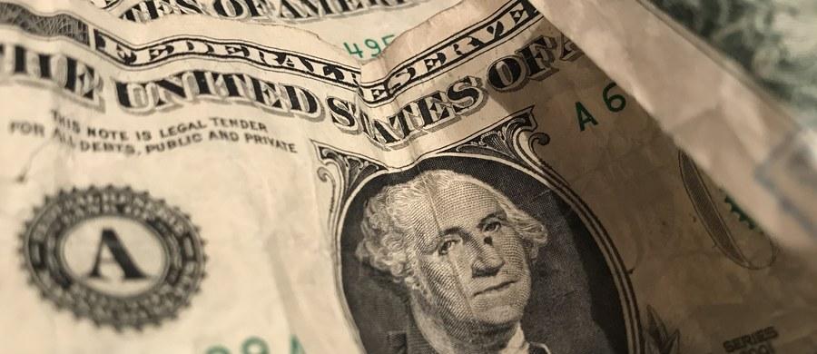 Kursy zagranicznych walut poszły mocno w górę. W tej chwili euro kosztuje 4,29 zł, natomiast dolar - 3,61 zł. Najlepsi analitycy rynku walutowego niestety nie mają dobrych wiadomości. Ich zdaniem, euro tańsze na razie nie będzie, a zdrożeć mają także dolary i funty.