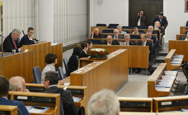Senat nie uchwalił wczoraj ustawy o obniżce uposażeń posłów i senatorów. Marszałek Karczewski wyjaśnił, że na czas nie wpłynęło do niego sprawozdanie komisji w tej sprawie. Tłumaczenie brzmi jak kolejny wybieg parlamentarzystów, żeby opóźnić obniżkę.