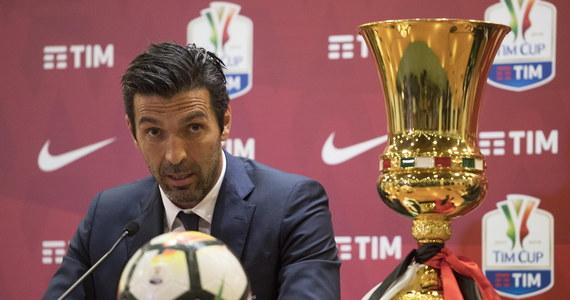 """Gianlugi Buffon ogłosił, że kończy grę w Juventusie Turyn i w reprezentacji Włoch. Na konferencji prasowej legendarny bramkarz ze łzami w oczach zapowiedział, że ostatnim jego meczem w barwach Juve będzie sobotnie spotkanie z Veroną. W klubie zastąpi go Wojciech Szczęsny. Ten pożegnalny mecz 40-letniego Buffona będzie dla Juventusu już zwykłą formalnością, bo kilka dni wcześniej turyński klub zapewnił sobie siódme z rzędu mistrzostwo kraju. """"Uważam, że to najlepszy sposób, by zakończyć tę nadzwyczajną przygodę"""" - mówił wzruszony."""
