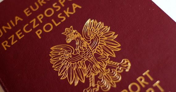 Paszporty na 100-lecie niepodległości najwcześniej za trzy miesiące. Jak dowiedział się reporter RMF FM Grzegorz Kwolek, Polska jeszcze nie rozpoczęła procedury powiadomienia innych krajów o tym, że pojawi się nowy, zmieniony wzór dokumentu. Wprowadzenie paszportu od 1 stycznia 2018 r. obiecywał ówczesny wiceprezes Polskiej Wytwórni Papierów Wartościowych Robert Malicki.