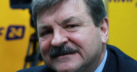 """""""W poprzednich wyborach troszeczkę nam pomogła książeczka, tak jak wcześniej pomogła PiS-owi. Myślę, że teraz będzie to na pewno ok. 15 procent, a chciałbym, żeby było więcej"""" - powiedział w Porannej rozmowie w RMF FM Jarosław Kalinowski, zapytany o to, jaki wynik wyborczy w najbliższych wyborach samorządowych może osiągnąć Polskie Stronnictwo Ludowe. """"Idziemy do wyborów pod własnym szyldem, natomiast nie odżegnywałbym się od rozmów na temat stworzenia jednolitej opozycyjnej listy po to, by przywrócić w Polsce demokrację, w pełni demokrację"""" – podkreślił eurodeputowany PSL-u. """"Jeszce kilka lat temu nikomu do głowy nie przychodziło, że jedna z zasad PSL—u - zasada demokratycznego państwa prawa - będzie tak aktualna"""" – zaznaczył Kalinowski. Polityk Stronnictwa, zapytany o protest osób niepełnosprawnych w Sejmie i """"daninę solidarnościową"""", odpowiedział: """"Zanim pani Szydło została premierem mówiła, że wystarczy nie kraść, a ja dzisiaj bym powiedział, że wystarczy przyznać się do błędu (…) i dokonać korekty w wydatkach pieniędzy zadysponowanych na różne cele, tak by skierować dodatkowe pieniądze na potrzeby niepełnosprawnych"""". Jarosław Kalinowski skomentował także obecny spór na linii Warszawa – Bruksela oraz procedurę Art. 7. """"Używając PiS-owskiej retoryki najgorszym donosicielem, paskudnym donosicielem na Polskę, opierającym się na absolutnym kłamstwie był obecny prezydent, wcześniej poseł w Parlamencie Europejskim. Był autorem projektu rezolucji, w której wskazywał, że w Polsce dokonano fałszerstw wyborczych"""" - stwierdził europoseł PSL-u. """"W Polsce zagrożona jest demokracja, nie przypadkiem wobec Polski wszczęto procedurę Art. 7. (….) Cały czas jesteśmy pod pręgierzem"""" – dodał."""