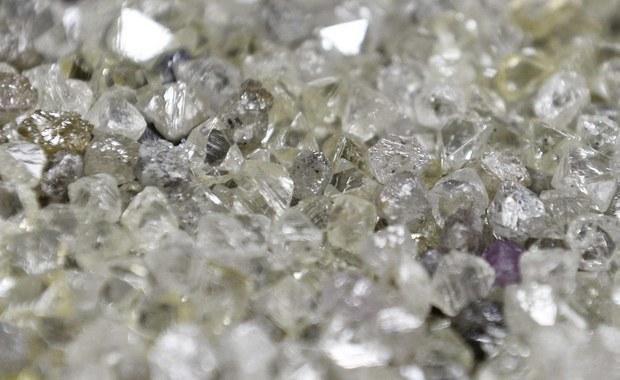 Belgijski sąd uniewinnił 18 osób oskarżonych o udział w spektakularnej kradzieży diamentów na lotnisku w Brukseli 2013 roku - poinformowała agencja Belga. Sąd uznał, że prokuratura nie przedstawiła wystarczających dowodów winy oskarżonych.