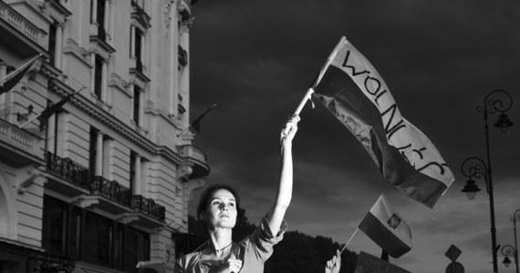 Główną nagrodę w Ogólnopolskim Konkursie Fotografii Prasowej Grand Press Photo 2018 za Zdjęcie Roku otrzymał Adam Lach. Nagrodzona fotografia przedstawia uczestników protestów przeciwko reformom polskiego sądownictwa. Zdjęcie powstało w lipcu 2017 r. przed siedzibą Sądu Najwyższego.