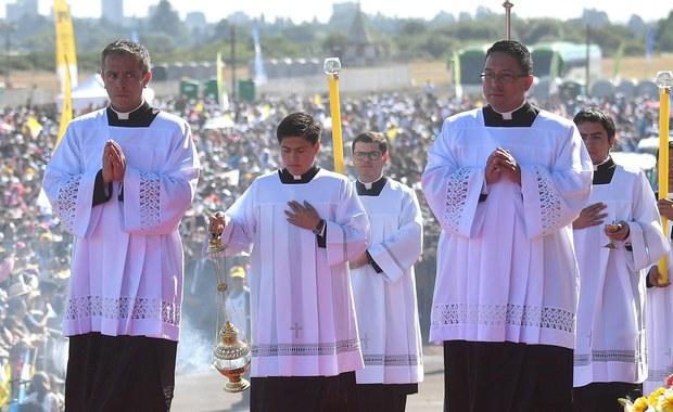 Wszyscy chilijscy biskupi złożyli rezygnację na ręce papieża Franciszka i oddali się do jego dyspozycji w związku ze skandalem pedofilii w tamtejszym Kościele. O decyzji 32 hierarchów zajmujących urzędy poinformowano po trzech dniach spotkań z papieżem.