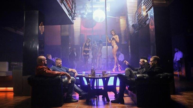 """Film """"Kobiety mafii"""" przyciągnął do kin ponad 2 miliony widzów. Teraz Patryk Vega wspólnie z Showmax powołuje do życia serial, w którym znacząco rozbudowuje wątki bohaterów mafijnego świata."""