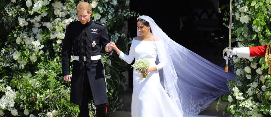 """Książę Harry i Megan Markle powiedzieli sobie sakramentalne """"Tak"""" podczas ceremonii ślubnej w Windsorze. Przysięgi małżeńskie od pary odbierał abp Canterbury Justin Welby. Udział w ceremonii wzięło 600 osób, a miliony osób na całym świecie śledzą relacje z tego wydarzenia. Na Wyspach emocje sięgnęły zenitu!"""