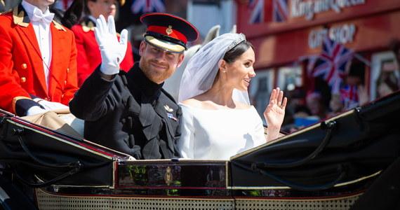 Szósty w linii sukcesji do brytyjskiego tronu książę Harry ożenił się w kaplicy św. Jerzego na zamku w Windsorze z amerykańską aktorką Meghan Markle. W uroczystości wzięło udział około 600 osób, w tym 30 członków rodziny królewskiej z królową Elżbietą II i jej 96-letnim mężem księciem Filipem na czele. Wydarzenie obserwowało dziesiątki tysięcy osób na ulicach Windsoru i miliony przed telewizorami.