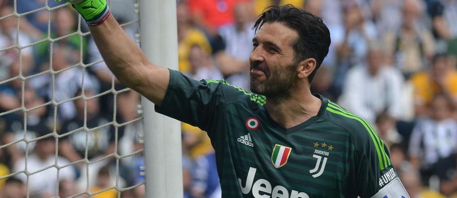 """Gianluigi Buffon, wieloletni bramkarz Juventusu Turyn pożegnał się ze """"Starą Damą"""". 40-letni zawodnik rozegrał ostatni mecz w barwach włoskiej drużyny. Z boiska zszedł w 63. minucie gry przy owacjach i śpiewach całego stadionu. Juventus pokonał Hellas Verona 2:1."""