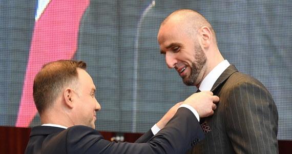 Prezydent Andrzej Duda podczas spotkania z amerykańską Polonią w Millennium Park w Chicago wręczył odznaczenia państwowe osobom zasłużonym dla Polonii. Wśród odznaczonych znalazł się koszykarz Marcin Gortat.