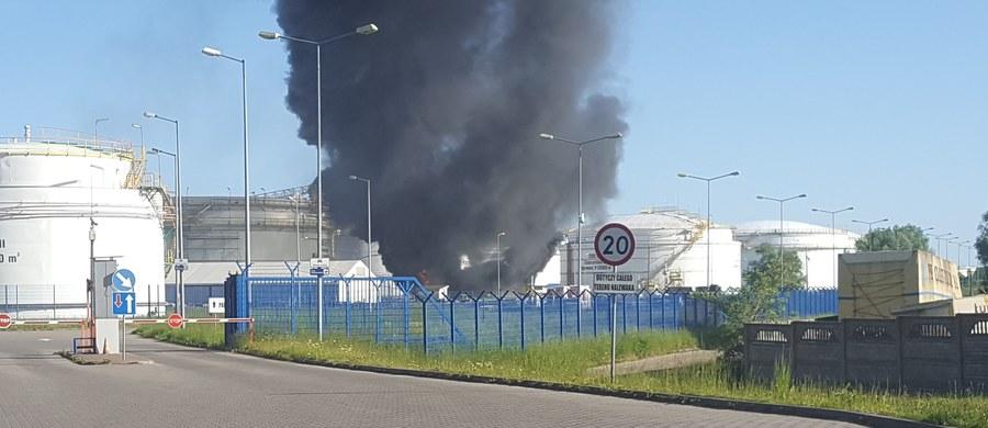 Słup ciemnego dymu nad rafinerią w Gdańsku - zaalarmowali nas słuchacze dzwoniąc i pisząc na Gorącą Linię RMF FM. Jak informują służby, wybuchł tam pożar.