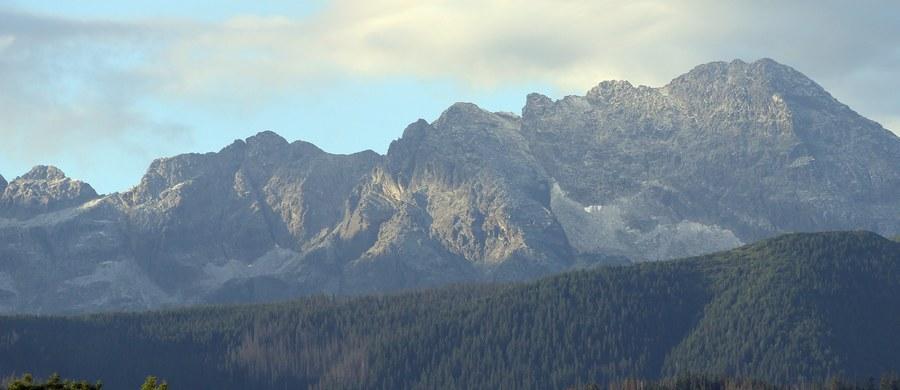 57-letni polski turysta zginął w słowackich Tatrach Wysokich. Razem z dwoma towarzyszami schodził żlebem, w którym leży śnieg. Poślizgnął się i spadł aż do skał. Mimo szybko rozpoczętej reanimacji przez jego kolegów i ratowników, turysta zmarł.