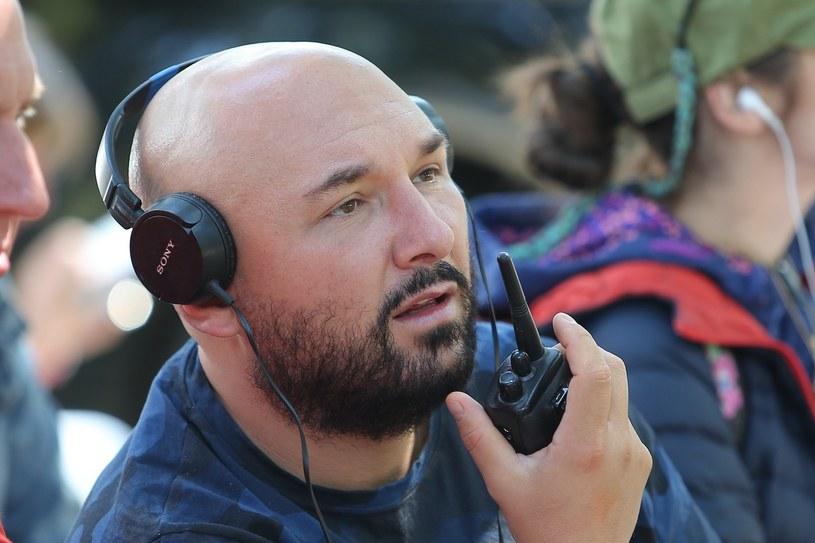 """Patryk Vega wyreżyseruje kolejną część kultowej już serii """"Pitbull"""". Produkcja o podtytule """"Królowa chuliganów"""" trafi na ekrany kin pod koniec 2021 roku."""