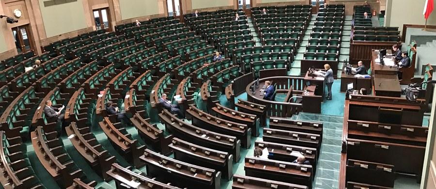 Gdyby wybory do Sejmu odbyły się w maju 36 proc.  wyrażających gotowość udziału w wyborach zagłosowałoby na PiS, a 22 proc. na PO; próg wyborczy przekroczyłyby też SLD (6 proc.) i Kukiz'15 (5 proc.) - wynika z sondażu Kantar Public.