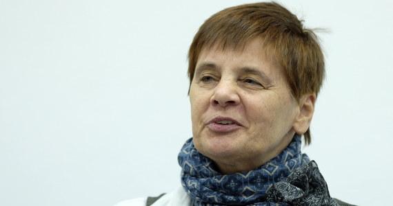 """""""Każdy z nas może stać się niepełnosprawnym, albo za młodu, albo na starość. Wszystkich nas to czeka. Tym bardziej powinniśmy zauważać problemy tych ludzi"""" - mówi w Popołudniowej rozmowie w RMF FM Janina Ochojska. Szefowa Polskiej Akcji Humanitarnej zwraca uwagę, że jest potrzebne większe wsparcie protestu ze strony całego społeczeństwa: """"Ja bym nie wskazywała jakieś grupy zawodowej. W każdej grupie zawodowej mogą być osoby niepełnosprawne. Jeżeli uważamy, że tym ludziom jest potrzebna pomoc, to ja bym się spodziewała większego poparcia, jak na skalę tego problemu. Bo niepełnosprawni nie są atrakcyjni. Ten problem nie jest atrakcyjny"""" - mówi gość Marcina Zaborskiego. Zapytana o to, czy chciałaby dołączyć do protestu zwraca uwagę, że warunki dla osób niepełnosprawnych w Sejmie są bardzo trudne. """"Musiałabym mieć asystenta, ktoś kto by mi pomógł. Warunki bytowania dla osób niepełnosprawnych są tam tak trudne, że ja nie wiem czy bym się zdecydowała. (..) Jak widzę, jak panie siedzą przy parapetach i jedzą, to mi byłoby to bardzo trudno zrobić"""" - mówi Ochojska. Zwraca też uwagę na to, z czego wynika tak duża determinacja protestujących: """"Niepełnosprawni i ich rodzice nie maja innego wyjścia. Jeżeli oni wyjdą z Sejmu bez osiągnięcia celu, to sprawa osób niepełnosprawnych już nigdy nie wróci. (...)Te osoby, które tam są, to są pewnym symbolem. Oni też nie reprezentują całego środowiska osób niepełnosprawnych, wszystkich złożonych problemów, które wiążą się z egzystencją osoby niepełnosprawnej. To są osoby, które zdecydowały się na ten protest. Ja ich podziwiam za tą odwagę i uważam, że powinni wytrwać do końca. Chętnie im pomogę"""" - mówi Ochojska."""