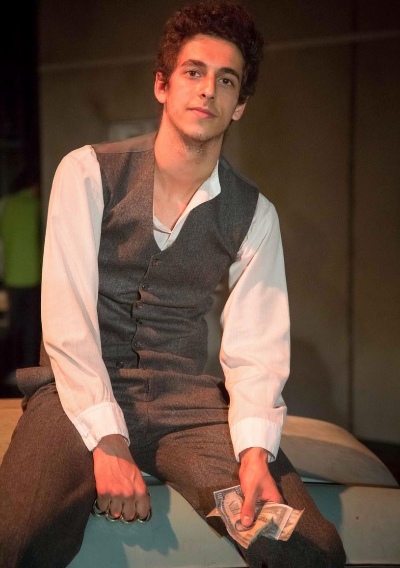"""W """"Królu"""", nowym spektaklu Teatru Polskiego w Warszawie, granym od 18 maja, pojawia się aktor o nieopatrzonej twarzy - Alan Al-Murtatha. Ten pół Polak, pół Jemeńczyk jest studentem II roku na Akademii Sztuk Teatralnych w Krakowie."""
